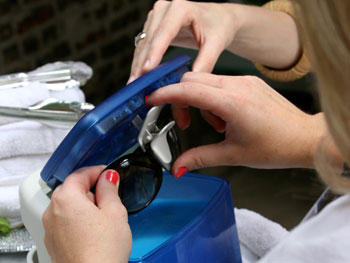 Sunglasses cleaning machine