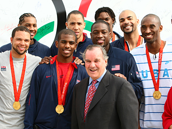Mayor Daley poses with the mens basketball team.