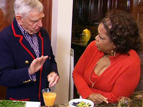 Picture of Oprah Winfrey and nutritionist, philantropists David Murdock discussing juicing on the Oprah Show.