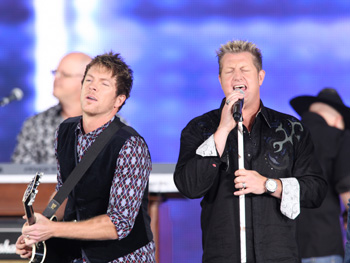 Gary LeVox and Joe Don Rooney perform.