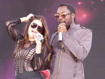 Fergie and will.i.am sing I Gotta Feeling.
