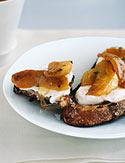 Quark with Honeyed Apples and Raisin Bread